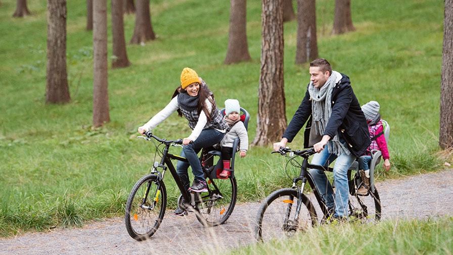 Kontrollera fotskydd och bälteslås innan du köper cykelsits